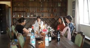 ამერიკელი ჟურნალისტები ქართულ ღვინოს აგემოვნებენ და მისი დაყენების ტრადიციებს ეცნობიან