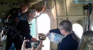 რუსეთში მამაომ თვითმფრინავიდან ნაკურთხი წყალი გადაასხა, რათა ქალაქი ლოთობისა და მრუშობისგან ეხსნა